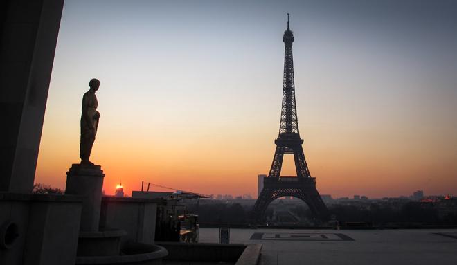 Aamuauringon sini-kultaiset sävyt tervehtivät Pariisin ilmastokokouksen  osallistujia. Kuva: Esa Nikunen