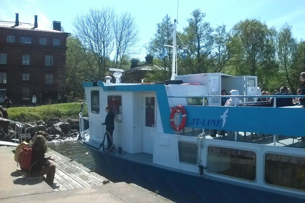 Retkiseurueemme kulki tilausveneellä, mutta reittiveneen (kesä 2016: JT-Line) kyytiin pääsee tunnin välein Kauppatorilta. Menomatka kestää noin 20 min, paluu on Suomenlinnan kautta ja matka-aika 30 minuuttia.