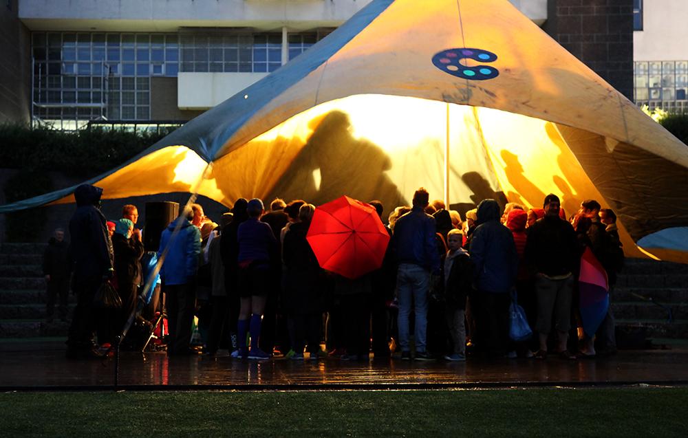 Sade ei haitannut uimareiden valmennusta turvalliseen pulahdukseen. Bändikatos toimi oivallisena sateensuojana. Kuva: Taina Tervo