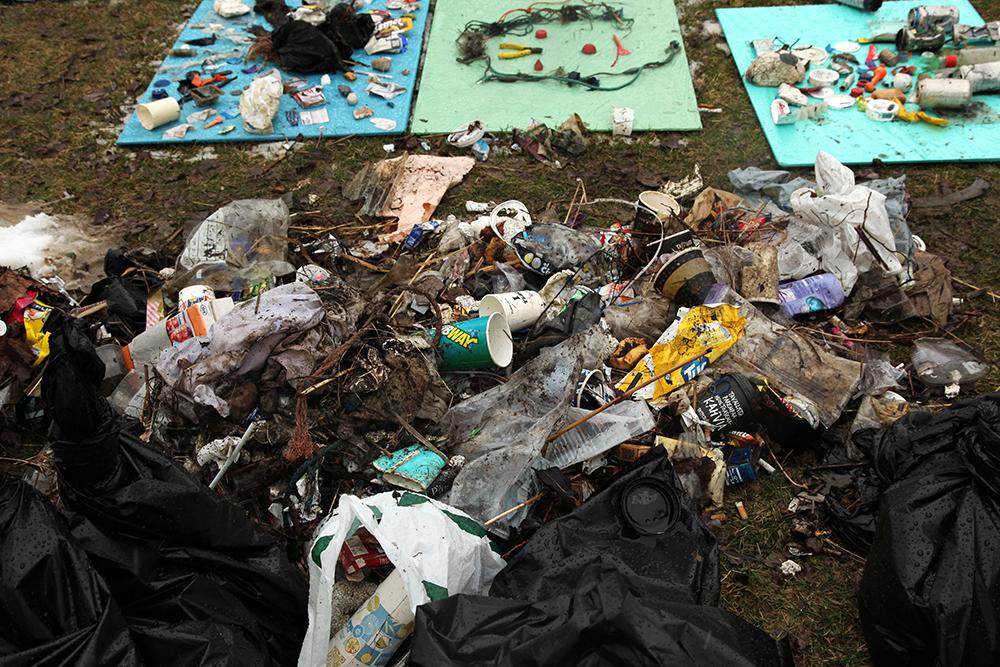 Vuoden 2016 Rantatalkoissa Munkkiniemessä löytyi valtava määrä roskia. Kuva: Taina Tervo
