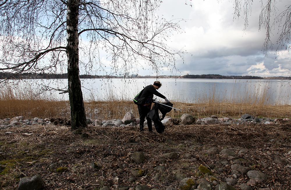 Talkoolaisten apu rantojen putsaamisessa on korvaamaton. Kuva: Taina Tervo