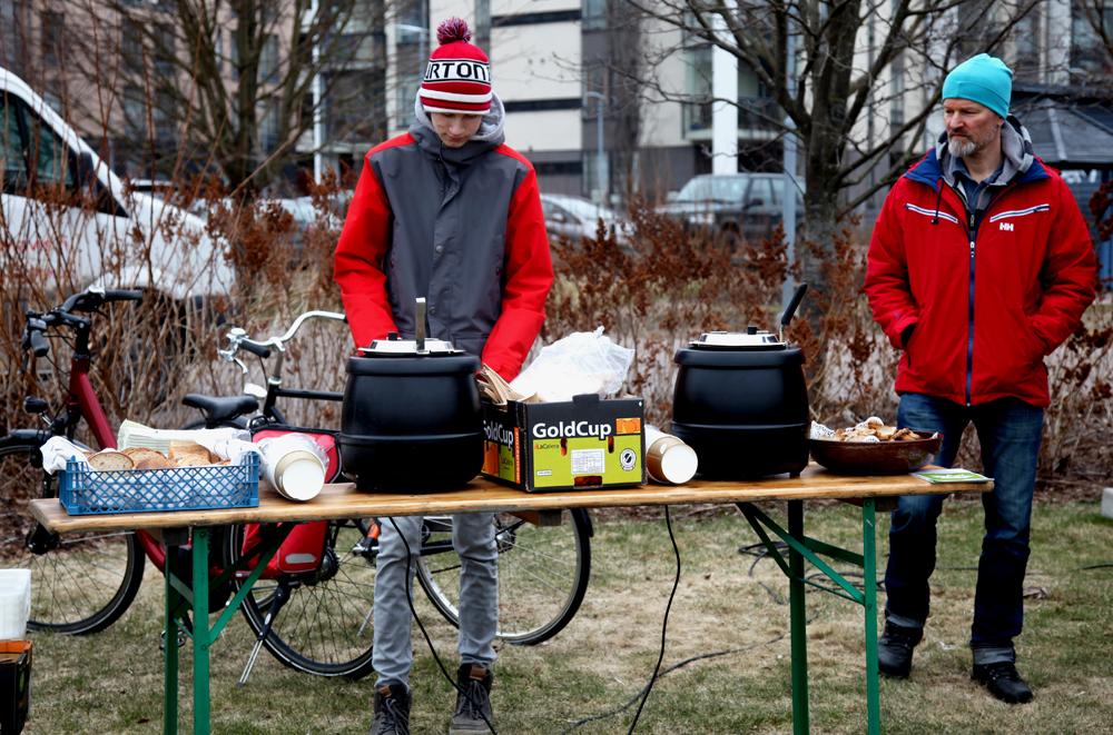 Hävikkiruokaravintola Loop tarjosi talkooväelle ihanan makuista ja kylmän sään jäädyttämää kroppaa. Kuva: Marjo Kosonen